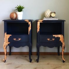 I've officially joined the ✨✨copper craze✨✨ SO obsessed with this gorgeous copper leaf paired with navy blue! These glamorous side tables…