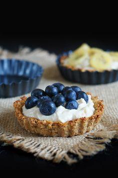 Owsiane tartaletki z lekkim kremem orzechowym i owocami. Zdrowy deser lub śniadanie. - FitSweet