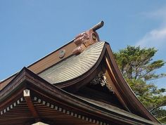 Japanese traditional roof : Morikuni placed on top of the roof. Japanese see these roof decorations as talismans or deities that protect the house from bad luck. Japanese Taste, Japanese Design, Traditional Japanese, Copper Roof, Metal Roof, Roof Decoration, Decorations, Roof Eaves, Radiant Barrier