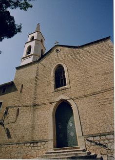 Convento franciscano. Fue construido a finales del s. XIX producto del romanticismo eclesiástico valenciano. En su claustro se encuentra la figura de Fray Pascual Nadal, mártir en China e hijo de Pego.