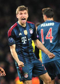 Thomas Muller y su tremendo golazo, el miércoles pasado en el partido de ida de la UEFA Champions League.