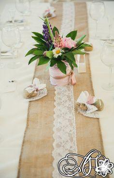 Раннер на стол в стиле рустик из мешковины и кружева