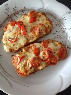 Baguette slices baked with tomato and mozzarella, a .- Baguettscheiben mit Tomaten & Mozzarella überbacken, ein tolles Rezept aus der … Baguette slices baked with tomatoes and mozzarella, a great recipe from the cold category. Think Food, I Love Food, Cute Food, Yummy Food, Yummy Yummy, Plats Healthy, Healthy Snacks, Healthy Recipes, Snacks Recipes