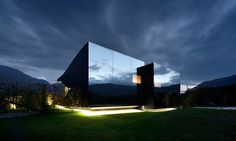 Contemporary architecture Country Mirror Houses is a pair of holiday home designed by architect Peter Pichler. It's surrounded by a spectacular panoramic views in Bolzano, Italy. House Of Mirrors, Facade Architecture, Contemporary Architecture, Contemporary Houses, Residential Architecture, Contemporary Design, Exterior Design, Interior And Exterior, Facade Design