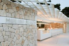 Mulini Beach is located on the exit from the central part of Rovinj and in the continuation of the promenade. An important factor in the design of the beach. Beach Hotels, Beach Resorts, Restaurant Design, Restaurant Bar, Club Design, House Design, Bar Piscina, Stone Cladding, Shade Structure