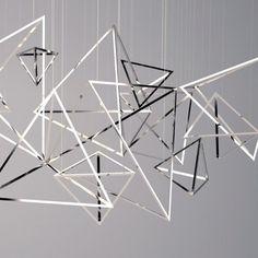 Decorar con formas geométricas: decorar con triángulos a través de accesorios originales, como un móvil #decoracion #formasgeometricas #triangulos