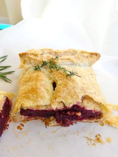 Marinated roasted beets and vegan duxelles wrapped in a flaky golden puff pastry. Perfect for Thanksgiving! Beet Recipes, Whole Food Recipes, Healthy Recipes, Vegetarian Entrees, Vegan Vegetarian, Fat Free Vegan, Vegetarian Main Course, Wellington Food, Vegan Substitutes