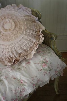 I love this gorgeous ruffled pillow...