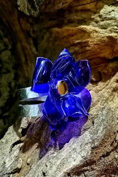 Exemplaire unique pour cette bague fantaisie de créateur entièrement réalisée à la main avec une bouteille plastique recyclée et du fil d'aluminium. Creations, Unique, Jewelry Designer, Dark Blue Flowers, Plastic Bottle Flowers