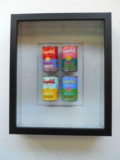 latas de sopa en una vitrina