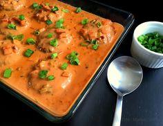 En lækker og anderledes opskrift på hakkebøffer i fad, som serveres med en skøn og pikant fløde-paprikasauce og ristede kartofler.