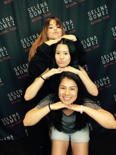Selena Gomez With Fans, Estilo Selena Gomez, Meet And Greet Poses, G Photos, My Demons, I Am A Queen, Maybe One Day, Marie Gomez, Dangerous Woman