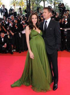 Pin for Later: Ein Baby-Bauch ist das schönste Accessoire der Stars Angelina Jolie beim Filmfest in Cannes, Mai 2008 mit Brad Pitt