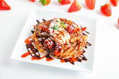 ストロベリーフェアの好評メニュー「ストロベリーパラタ」❗️ 税別(¥880)税込(¥968) サクサクとした食感の焼きたて熱々のパラタ、冷たいココナッツアイス、フレッシュな苺のハーモニーがたまらない✨ チョコレートと苺のソースをたっぷりとかけて提供します ぜひ毎年人気の苺スイーツをご堪能ください。 #ららぽーとTOKYO-BAY  #モンスーンカフェららぽーと Asian