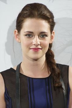Top recent actress, Kristen Stewart is attracting with braided down one side and place over the shoulder. Her braid hair from the back to one side create sexy asymmetry look. This hairstyle looks cool and simple to create. I love this hairstyle. Kristen Stewart Twilight, Kristen Stewart Hair, Kristen Stewart Pictures, Kirsten Stewart, Long Braided Hairstyles, Girl Hairstyles, Girl Haircuts, Pretty Hairstyles, Beauty Crush