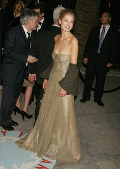 Pin for Later: From Bond Girl to Gone Girl: Rosamund Pike's Red Carpet Evolution Rosamund Pike For the 2006 Vanity Fair Oscars Party, Rosamund paid homage to the statuette itself, in a strapless gold gown.