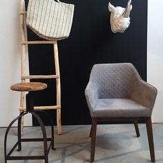 Deze designstoel geeft echt een luxe gevoel voor in de woonkamer. Breedte: 59 cm Diepte: 61 cm Hoogte: 83 cm Zithoogte: 46 cm Materiaal: Hout Merk: Kick Collection