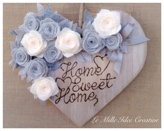 Cuore in legno Heart Shabby chic Fuori porta Home sweet home Casa Rose Feltro… Felt Flowers, Paper Flowers, Hearts And Roses, Shabby Chic Crafts, Heart Crafts, Wood Creations, Wooden Hearts, Valentine Decorations, Flower Tutorial
