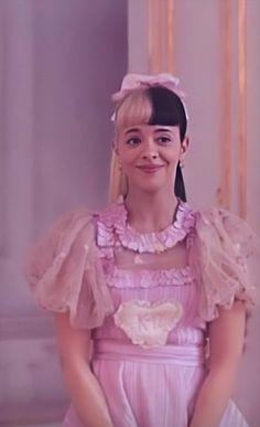 Melanie Martinez Dress, Melanie Martinez Dollhouse, Crybaby Melanie Martinez, Album Cry Baby, Aesthetic Backgrounds, Queen, Pop Singers, Billie Eilish, Her Music