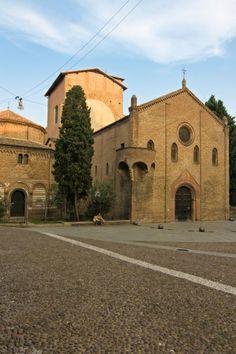 """Eine der schönsten Orte #Bolognas: Die Piazza Santo Stefano mit der Basilikata im Zentrum. Die """"Sette Chiese"""" (7 Kirchen) bilden einen aufwendigen Kirchenkomplex.   © minoandriani/iStock/Thinkstock"""