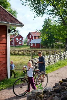 Åsens By in Småland , Sweden. Photo by Johan Willner Scandinavian Countries, Scandinavian Home, Voyage Suede, Sweden Places To Visit, Kingdom Of Sweden, Vie Simple, Swedish Cottage, Red Houses, Sweden Travel
