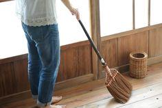 掃除が苦手な人にこそオススメ。ほうきを使えばお掃除がもっと手軽になるよ! | キナリノ