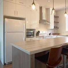 Cuisine style contemporain avec comptoir de stratifié plus épais pour îlot Kitchen Layout, Kitchen Design, Flat Ideas, Kitchen Island, Countertops, New Homes, House Design, Home Decor, Recherche Google