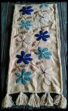 Camino de picote bordado a mano needlepoint / lanka ja neula Hand Embroidery Videos, Hand Work Embroidery, Flower Embroidery Designs, Hand Embroidery Stitches, Embroidery Art, Cross Stitch Embroidery, Embroidery Patterns, Mexican Embroidery, Cross Stitch Rose