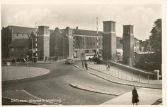 De op de kaart getoonde Oranjebrug is opengesteld in 1938 en is de vervanger van een oudere brug. Het achter de brug gelegen gebouw is het gebouw waarin de NV Schiedamse Cartonnagefabriek is gevestigd (de naam is - boven de bus - nog net te lezen).