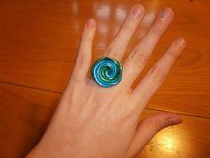 Cómo hacer un anillo de alambre de dos colores