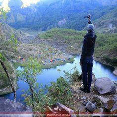 #indonesiajuara mempersembahkan Sulawesi Selatan   FOTO JUARA HARI INI  @nabilazalnerin  Danau Tanralili adalah sebuah danau yang berada di ketinggian 1.454 Mdpl lembah Lohe Kaki Gunung Bawakaraeng dan Tallung Sulawesi Selatan. Dari Bawakaraeng ini, bisa terlihat pemandangan lembah Ramma yang indah dikelilingi gunung-gunung yang membuat pengunjung terpana.  Menikmati pemandangan matahari terbit dari puncak Tallung menj