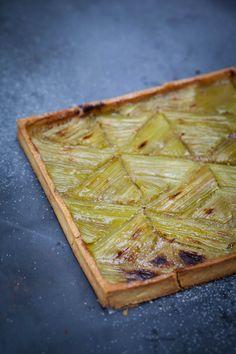 Food geometry of a rhubarb tart. No Cook Desserts, Dessert Recipes, Quiche, Rhubarb Tart, Dessert Decoration, Sweet Tarts, Food Design, Food Inspiration, Love Food