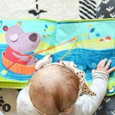 Repost de la jolie photo de @tinypaw_paris : Eva s'éveille en douceur grâce au livre Ophélie dans la forêt #lilliputiens dispo sur le site #berceaumagique #smartwonders #eveil #bebe
