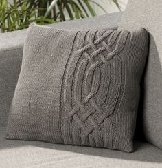 Gray pillow with braids knitting Easy Knitting Patterns, Knitting Stitches, Knitting Projects, Hand Knitting, Crochet Patterns, Knitted Cushions, Knitted Blankets, Knit Pillow, Knit Or Crochet
