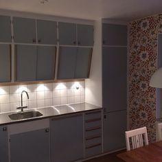 Retrokök byggt på IKEA:s Metodskåp. Snedskåpen tillverkade av oss. Luckor och fronter lackerade i ku - jarfallakok