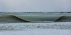 マサチューセッツ州のナンタケット島のジョナサン・ナイマーフロー氏は、約マイナス7.2℃という寒さに見舞われた先週、島のビーチに半分凍りついた状態の波が岸に近づいてくるとい�...