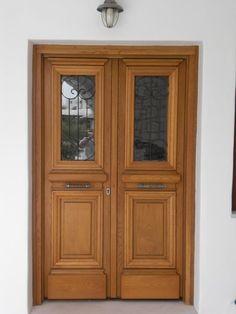 Οι πόρτες που ντύνουν κυρίως διατηρητέα ή πέτρινα κτίρια με άκρως κλασσική αρχιτεκτονική. Έχουν συνήθως ανοιγόμενο παράθυρο (τμήμα) στο επάνω μέρος το...