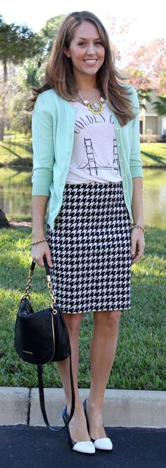 Houndstooth skirt + mint sweater = chic casual look Work Fashion, Office Fashion, Modest Fashion, Mint Sweater, Mint Cardigan, Js Everyday Fashion, Jessica Parker, Mode Chic, Work Attire