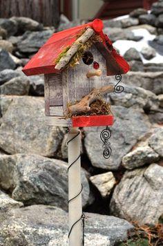 cabane à oiseaux juchée