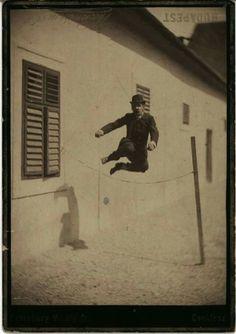 1885. A Nemzeti Lovarda udvarán. Kinsky Jenő (Nusi) magasugrása. Talán az első magyar pillanatfelvétel. Esterházy Mihály fényképe.