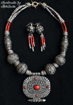 Tibetano collana di perline gioielli di argilla del polimero imposta orecchini a pendente di istruzione collana stile tibetano tibetano gioielli set stile Boho stile asiatico ______________________________________  Misterioso ed enigmatico gioielli set in stile tibetano, sembra irradiare una solenne pace e tranquillità. È fatto di argilla polimerica, ma imita un vecchio, oscurato da tempo, brunito silver con piccoli accenti di rossi scuri. Il set è composto da una grande collana di perline e…