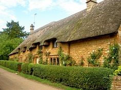Great Tew is a quintessential English village. Historic ruins, 16th century building and a traditional local pub. Oxfordshire, UK.