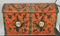 Fra protokoll: Kiste, rödmalt med rosemaling av Bjørn Sandland. Merket: KTD 1826.