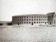 Fue construida en 1874 para sustituir a la que había junto a la Puerta de Alcalá, la foto nos muestra la plaza en medio del campo, pues las construcciones del barrio de Salamanca aún no habían llegado a esta zona. Derribada en 1934, en su lugar se construyó el Palacio de los Deportes.