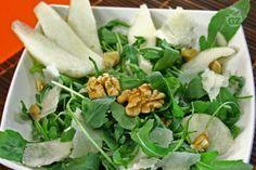 L'insalata di rucola, pere, grana e noci è un contorno ricco di sapori  diversi e contrastanti che ben si sposano tra di loro: un contorno adatto ad una tavola imbandita per le feste.