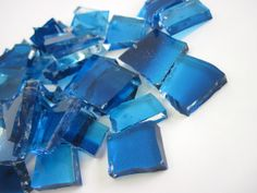 Pedras de vidro utilizadas para confeco de Mosaicos ,Bijuterias e/ou outras aplicaes decorativas/ artesanais Pacotes de 50 G com pastilhas de vidro texturadas em vrios formatos.