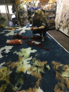 Claudy Jongstra - Making the backdrop for Chelsea Flower Show 2016 Dyers garden Wet Felting, Needle Felting, Felt Wall Hanging, Felt Pictures, Blue Garden, Chelsea Flower Show, Felt Fabric, Artist At Work, Wool Felt
