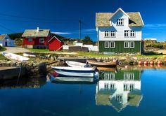 """TRA I FIORDI NORVEGESI – Ålesund è la città dei fiordi. Distrutta da un incendio nel 1904, è stata ricostruita in stile Art Nouveau. Molde, invece, è detta """"città delle rose"""", ricca di locali animati dai tanti concerti di live jazz. Navigando sul postale dell'Hurtigruten, tra Ålesund e Molde, si ammirano le pittoresche casette in legno colorato che si specchiano nell'acqua (nella foto). Info: doveclub.it e giverviaggi.com"""