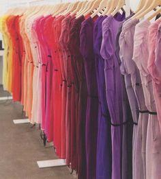 deze jurken zijn allemaal hetzelfde maar toch anders doordat ze een andere kleur hebben. er is gekozen bij deze weergave voor een kleurtoontrap. de kleuren volgen elkaar mooi op net als je bij een regenboog ziet.