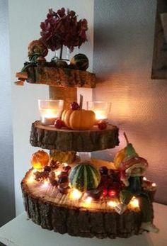 Herfst etagere met oa. kaarsjes, lichtjes en kalebassen.